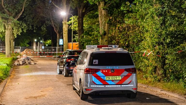 Een auto in de straat is afgezet met linten. (Foto: Jack Brekelmans / SQ Vision)