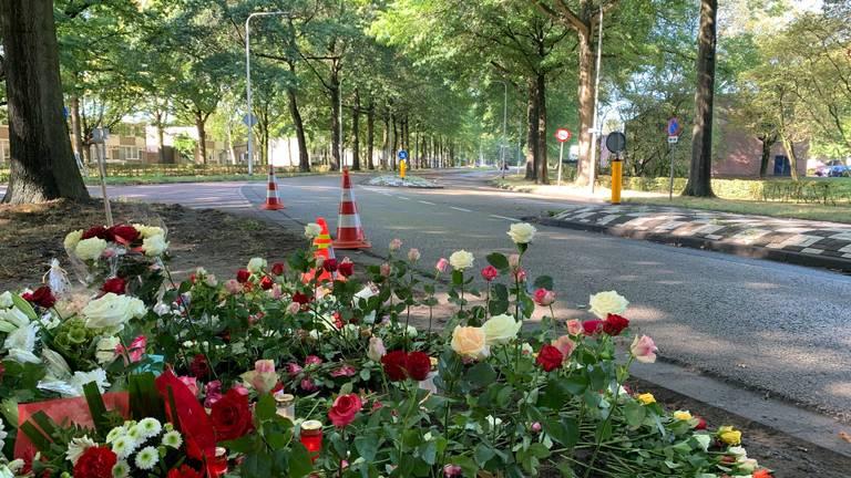 Bloemen voor de omgekomen man in de bocht op de Sweelincklaan (foto: Jessica Ranselaar)