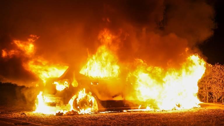 De autobrand aan de Rosa Parksweg in Oss werd rond vijf uur vrijdagnacht ontdekt (foto: Gabor Heeres/SQ Vision).