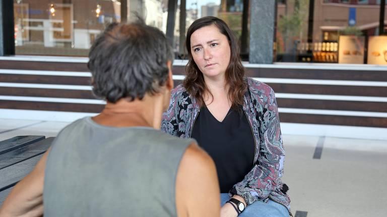 Anna Bartmann in gesprek met een van de dakloze Polen in Tilburg (foto: Karin Kamp).