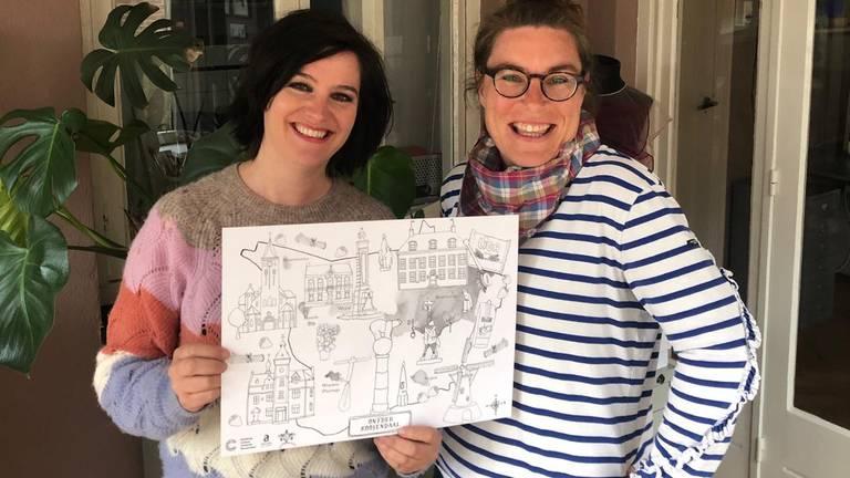 Eva en Gertrude met hun speciale kleurplaat voor Roosendaalse ouderen.