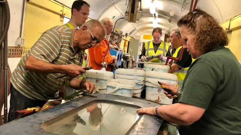 De vrijwilligers steken elk weekend de handen uit de mouwen in de werktent (foto: Erik Peeters).