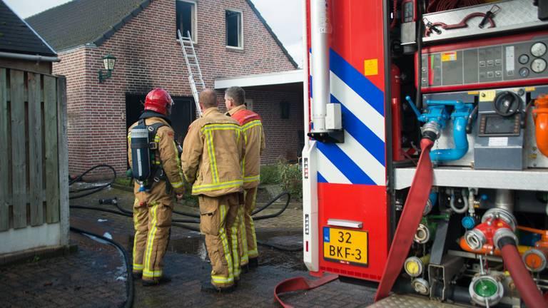 De brandweer bestreed het vuur aan de Rembrandt van Rijnstraat in Deurne (foto: Walter van Bussel/SQ Vision).
