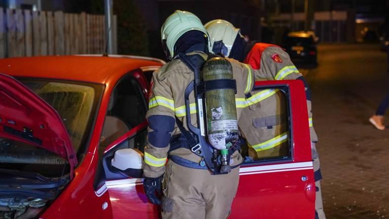 Brandweer controleert de auto in Oss. (Foto: Gabor Heeres)
