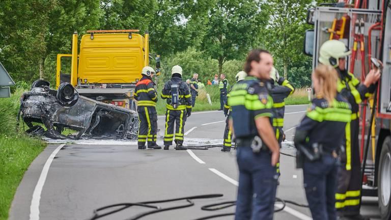 De brandweer bluste de auto in Etten-Leur (foto: Tom van der Put/SQ Vision).