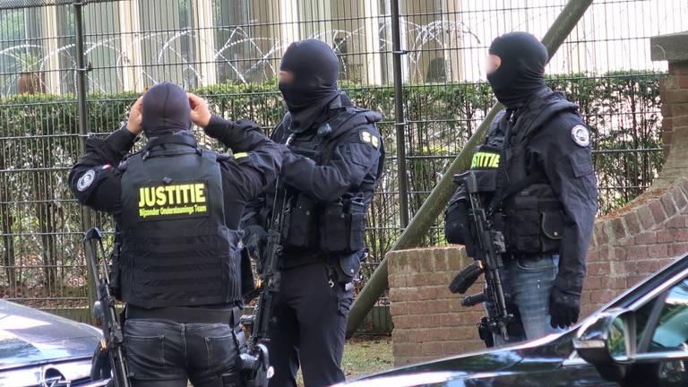 Zwaar bewapende agenten bij Den Hey-Acker. (Foto: Jeroen Stuve / SQ Vision Mediaprodukties)