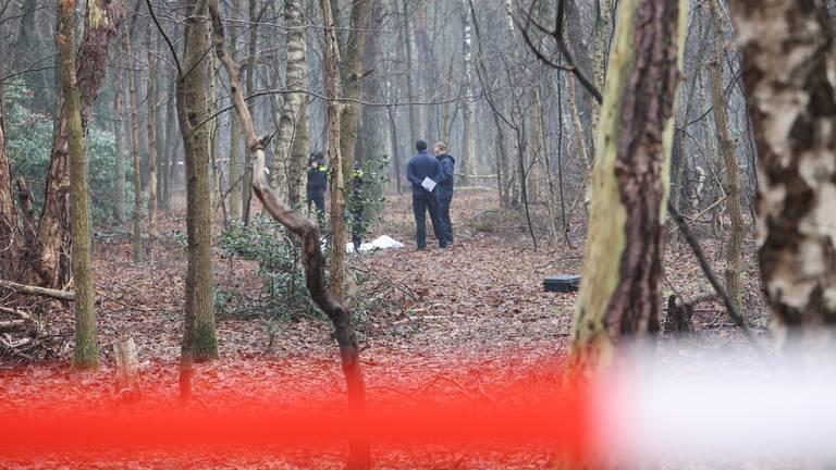 Een deel van het bos in Helvoirt werd na de vondst van het lichaam afgezet (foto: Bart Meesters).