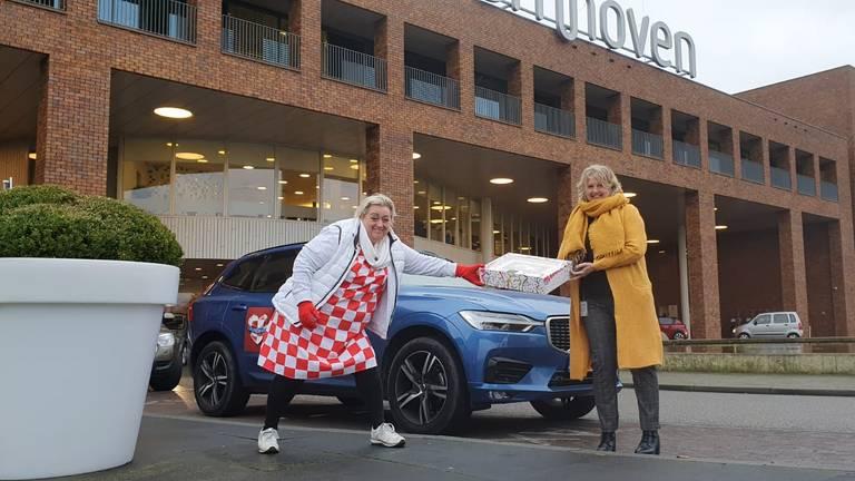 Christel de Laat verrast medewerkers van het Bernhoven Ziekenhuis met een taart