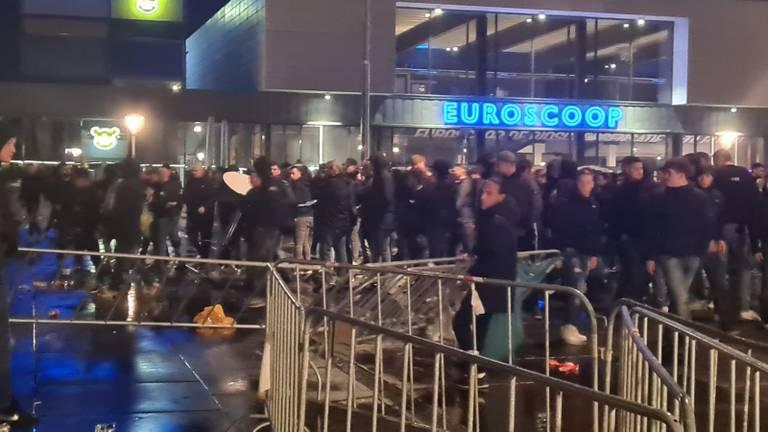 Ongeregeldheden op het supportersplein in Tilburg (foto: Noël van Hooft).