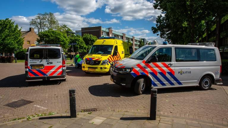 De fietsster is met onbekende verwondingen naar het ziekenhuis gebracht (Foto: Christian Traets / SQ Vision).