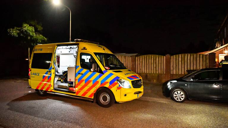 Vanwege de steekpartij in Hapert werd een ambulance opgeroepen (foto: Rico Vogels/SQ Vision).