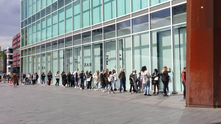 Drukte bij Zara in Eindhoven. (Foto: Twitter/Henk de Wert)
