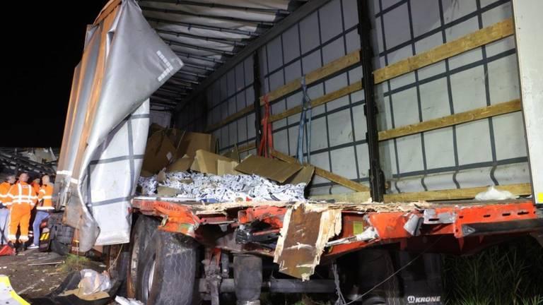 De schade aan de vrachtwagens op de N279 was groot (foto: Bart Meesters).
