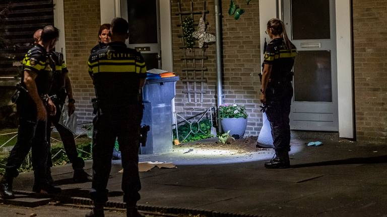 Agenten bij de huizen aan de Scarlattistraat in Tilburg (foto: Toby de Kort/SQ Vision).