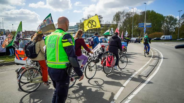 Extinction Rebellion in actie op de rotonde bij de Beukenlaan in Eindhoven (foto: SQ Vision).