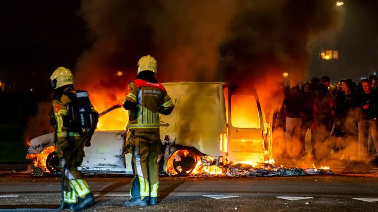 De brandende bestelbus in Wijk en Aalburg trok veel bekijks (foto: SQ Vision).
