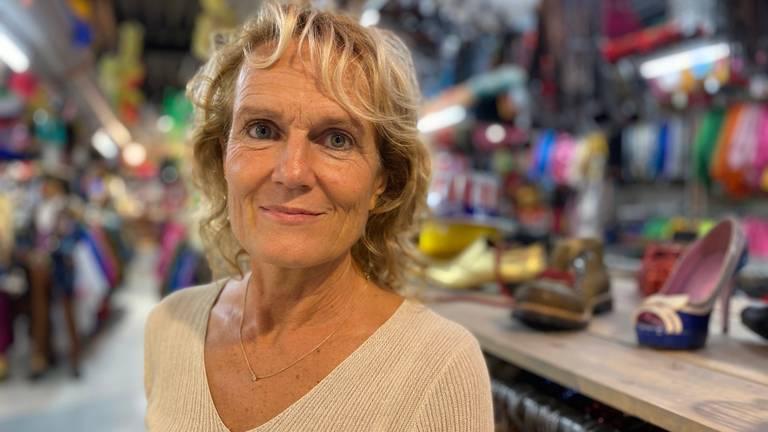 Astrid Hoofs tussen haar feestkleding (foto: Jan Peels).