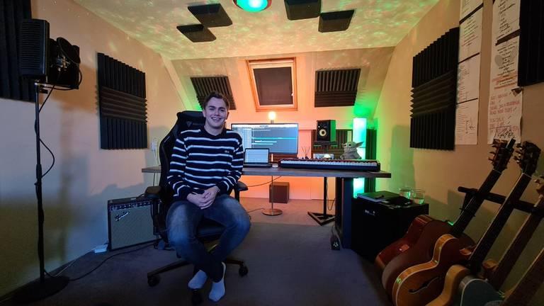 Flemming Viguurs (24) heeft op zolder een studio (foto: Noël van Hooft).