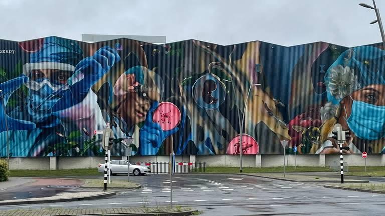De muurschildering is 700 vierkante meter.