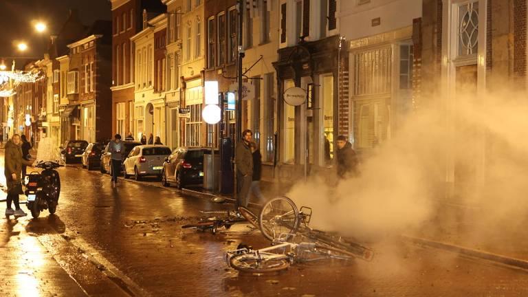 Uitgebrande fietsen op straat in Den Bosch (foto: Bart Meesters/SQ Vision).