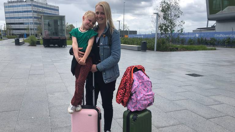 Lianne en Fenne wachten bepakt en bezakt op hun vlucht naar Portugal (foto: Imke van de Laar).
