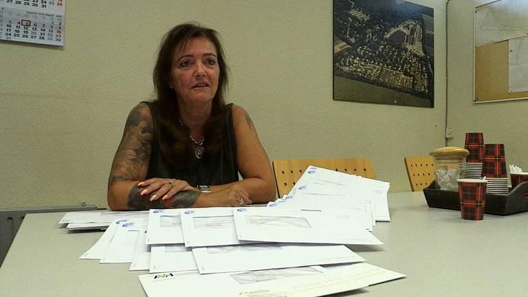 Wendy van der Zalm met de brieven van één week (foto: Omroep Brabant).