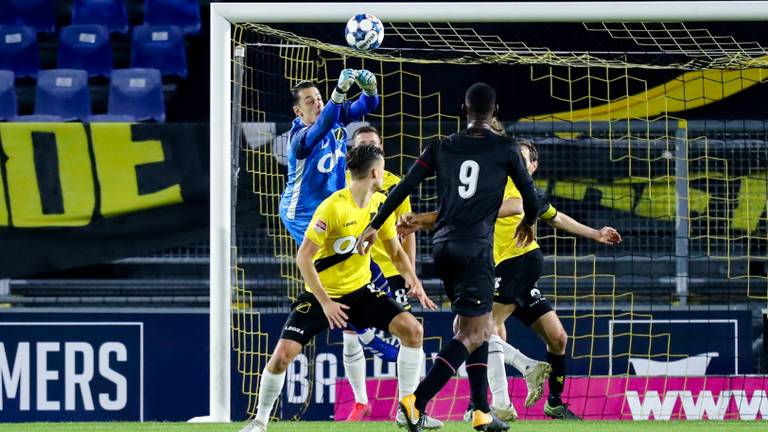 NAC-doelman Nick Olij bokst de bal weg tegen Telstar (Foto: Orange Pictures).