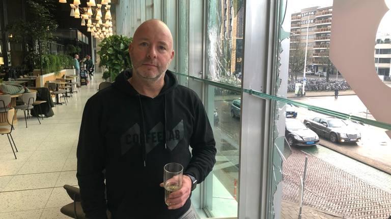 Eigenaar Jeroen ging tijdens de rellen direct naar zijn koffiezaak (foto: Rogier van Son)