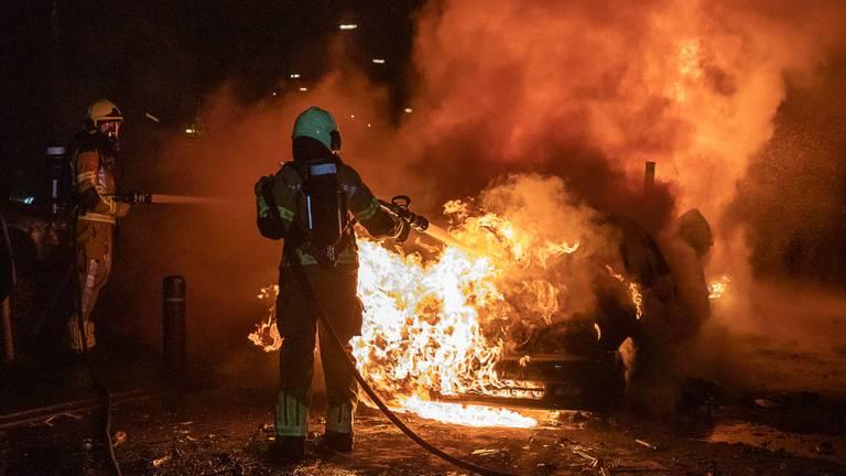 De brandweer bluste de autobranden in Veen (foto:  SQ Vision).