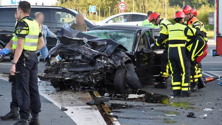 Een automobilist moest na de botsing uit de auto worden bevrijd (foto: Perry Roovers/SQ Vision).