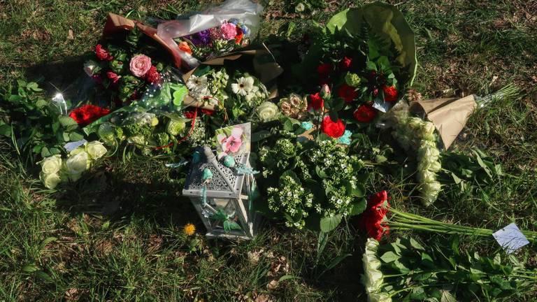 Bloemen bij de plek waar Rik van der Rakt omkwam (archieffoto).
