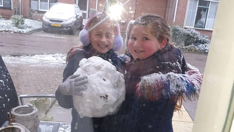De kop is eraf voor Joëlla en Alicia in Roosendaal (foto: Dennis Jansen).