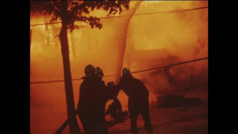 Het vuur sloeg om zich heen (beeld: NOS)