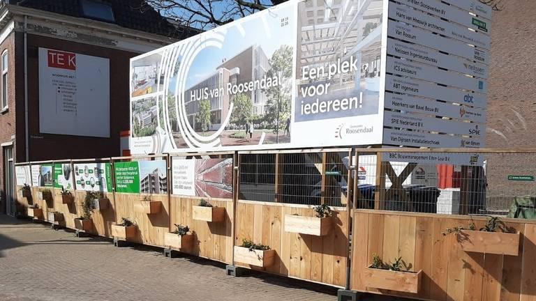 Achter de groene bouwhekken wordt druk gewerkt aan het nieuwe stadskantoor. (Foto: Gemeente Roosendaal)