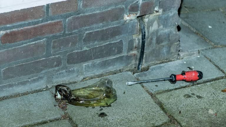 De brandweer vond een gesmolten fles met de restanten van een brandbare vloeistof. (Foto: Jack Brekelmans / SQ Vision)