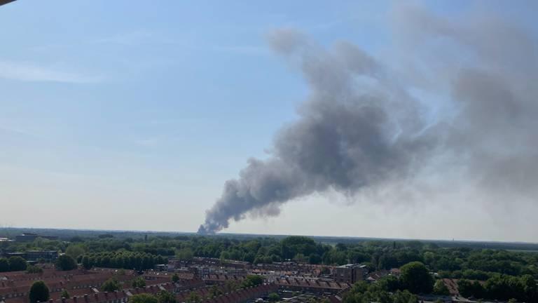 De brand is vanaf de Ringbaan Zuid in Tilburg goed te zien (foto: Stefan Mathijsen).