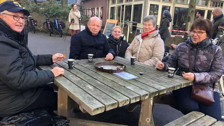 Ad en André met hun echtgenotes (foto: Tonnie Vossen)