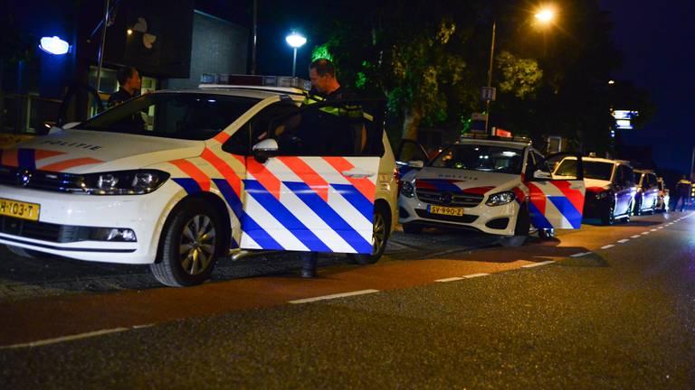 De politie kwam massaal naar de Blasiusstraat in Deurne vanwege de vechtpartij (foto: Walter van Bussel/SQ Vision).