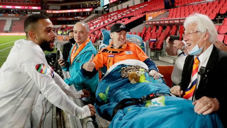 Memphis Depay bij zieke Joop van der Laan met op de achtergrond vrijwilliger Jan van Geffen (foto: Willem van der Veer).