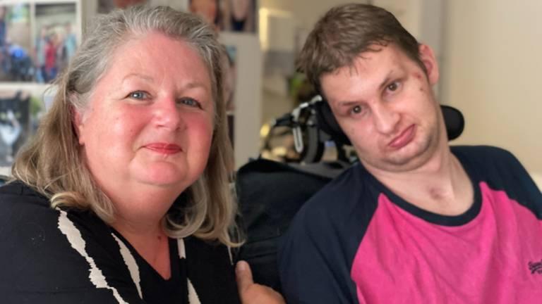 Yvon en Sam in de kamer van Sam in Woonzorgcentrum Elisabeth in Goirle (foto: Jan Peels)