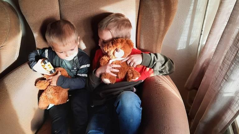 Mike en zijn broertje kregen van de politie allebei een mooie knuffel.