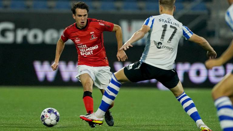 Brian de Keersmaecker (rechts) van FC Eindhoven probeert Boyd Reith de voet dwars te zetten (foto: Orange Pictures).