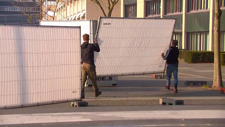 De hekken moeten ook worden opgeruimd (foto: Omroep Brabant).