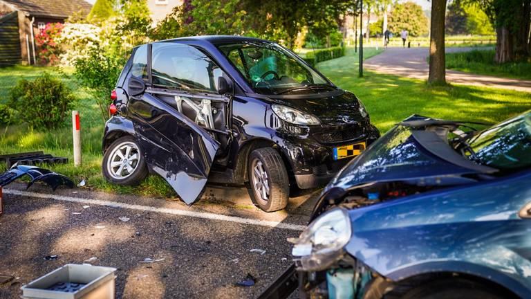 De auto's waarin de bestuurders zaten, raakten flink beschadigd bij de botsing (foto: Sem van Rijssel/SQ Vision).