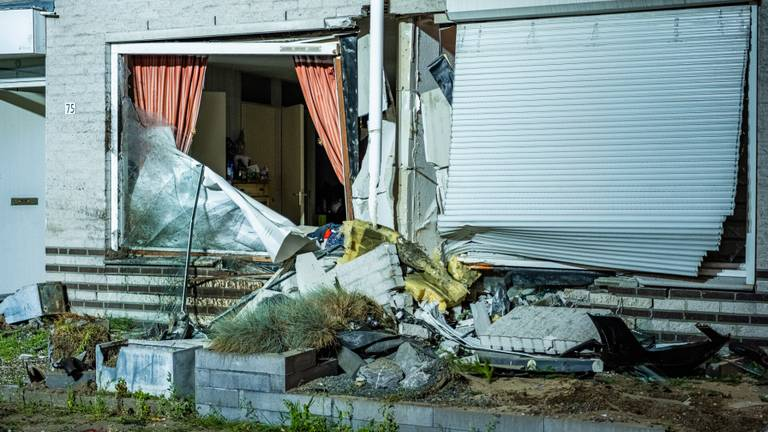 De schade aan de geraakte huizen in de Kijkduinlaan in Tilburg is aanzienlijk (foto: jack Brekelmans/SQ Vision).