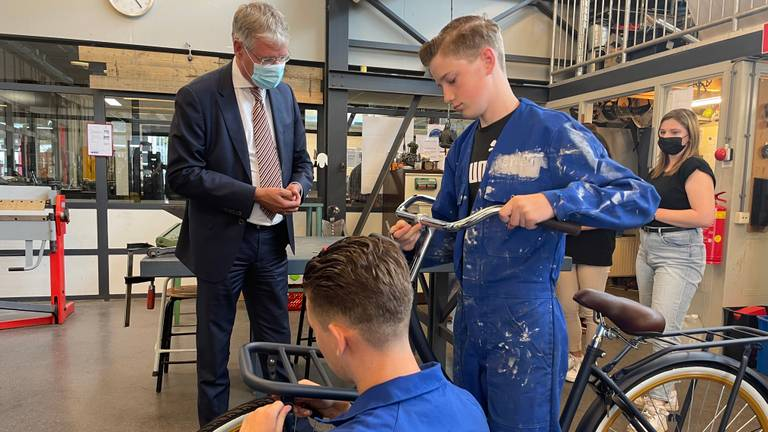 Minister Slob bezocht maandag praktijkschool De Rijzert (foto: Tonnie Vossen).