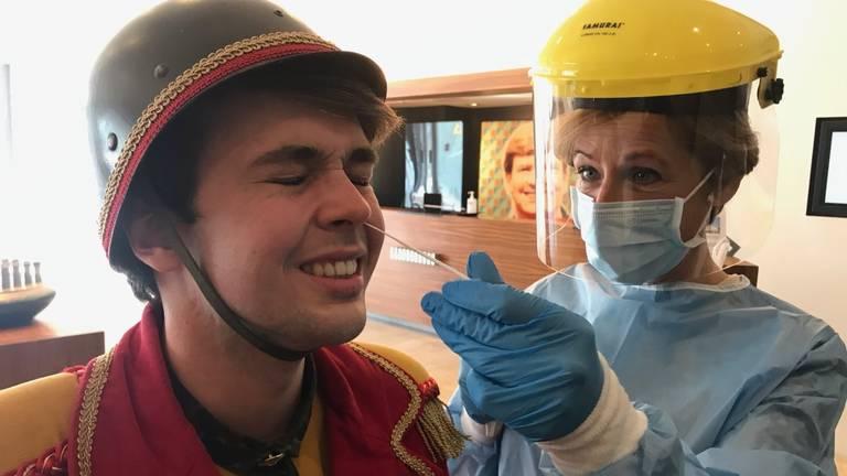 Chef Soldaat krijgt ook eerst een wattenstaafje in zijn neus (foto: Rob van Kaathoven)