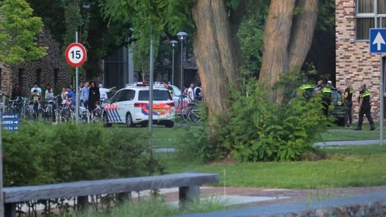Politie in actie bij het azc (foto: archief).