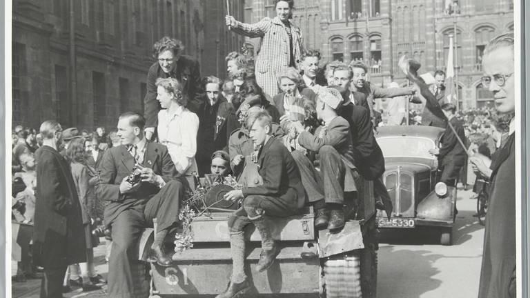 Feestelijke intocht bevrijders Amsterdam 8 mei 1945 (foto: NA)