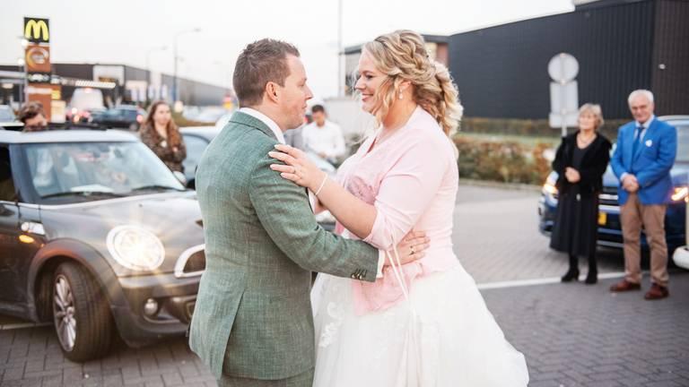 Daan en Mariska Poppelaars deden hun eerste dans op de parkeerplaats van de McDonald's. (foto: Annevdl Fotografie/Shine Moments)